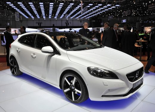 Volvo V40 Cross Country Price in India, Reviews, Mileage