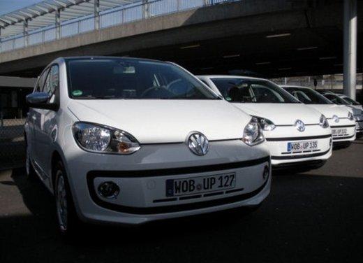 Volkswagen Up! 5 porte: prova su strada della citycar per 4 - Foto 1 di 20