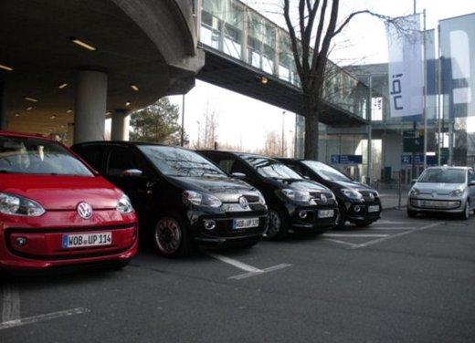 Volkswagen Up! 5 porte: prova su strada della citycar per 4 - Foto 6 di 20