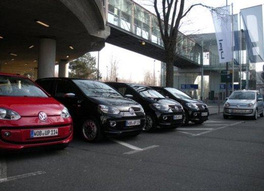 Volkswagen Up! 5 porte: prova su strada della citycar per 4 - Foto 7 di 20