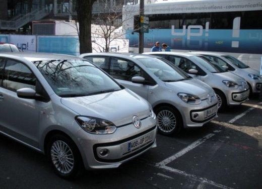 Volkswagen Up! 5 porte: prova su strada della citycar per 4 - Foto 8 di 20