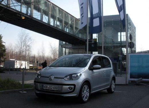 Volkswagen Up! 5 porte: prova su strada della citycar per 4 - Foto 10 di 20