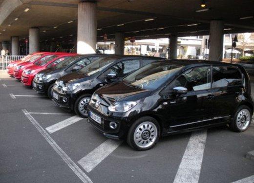 Volkswagen Up! 5 porte: prova su strada della citycar per 4 - Foto 11 di 20