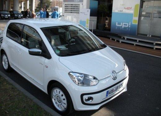 Volkswagen Up! 5 porte: prova su strada della citycar per 4 - Foto 13 di 20