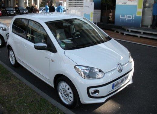 Volkswagen Up! 5 porte: prova su strada della citycar per 4 - Foto 14 di 20