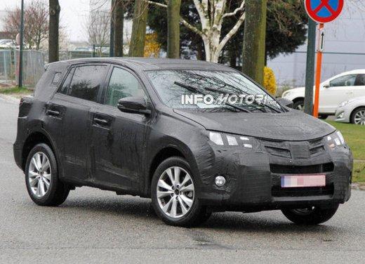Foto spia della nuova Toyota RAV4 - Foto 3 di 11