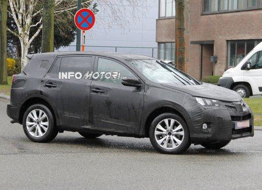 Foto spia della nuova Toyota RAV4 - Foto 4 di 11