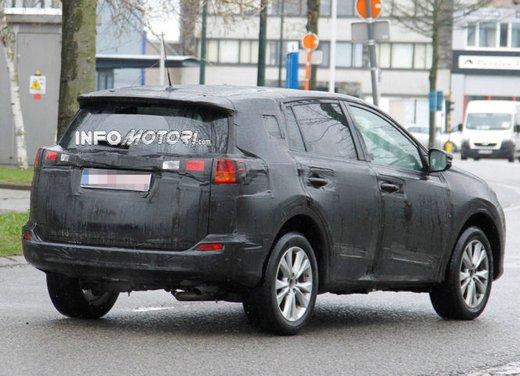 Foto spia della nuova Toyota RAV4 - Foto 7 di 11