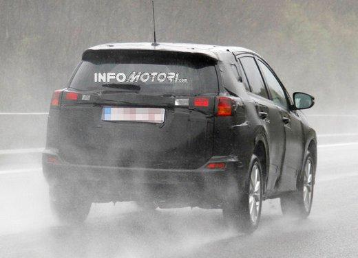 Foto spia della nuova Toyota RAV4 - Foto 11 di 11