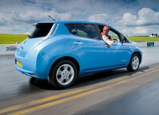 Nissan Leaf tenta il record di velocità in retromarcia