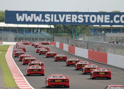 Ferrari F40 raduno record a Silverstone
