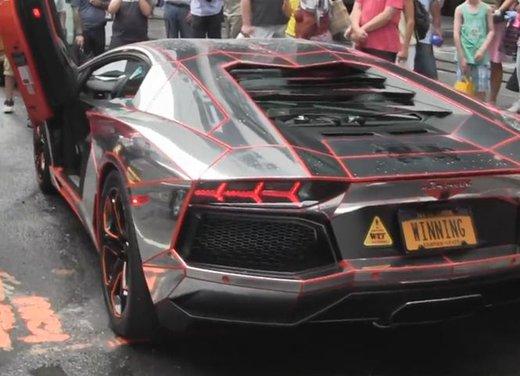Lamborghini Aventador cromata, Batmobile e Dodge Viper a Time Square