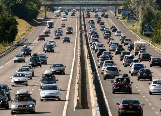 Autostrada e auto in panne, lascia 2 bambini in auto da soli
