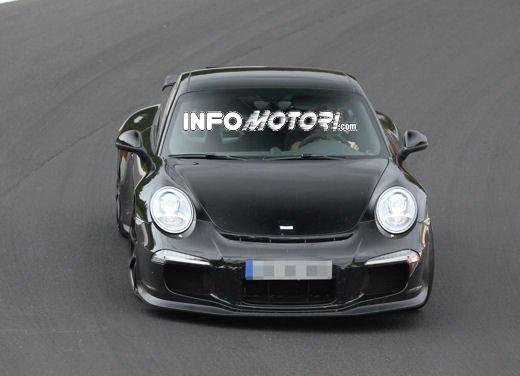 Immagini spia della Porsche 911 GT3 di nuova generazione - Foto 1 di 10