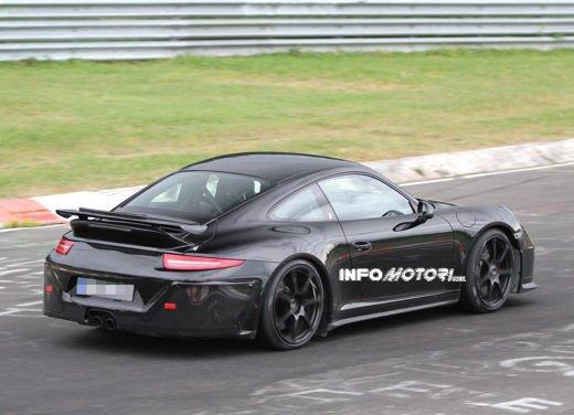 Immagini spia della Porsche 911 GT3 di nuova generazione - Foto 4 di 10
