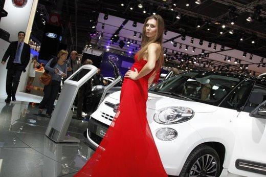 Le modelle più sexy fra gli stand del Salone di Parigi 2012 - Foto 1 di 24