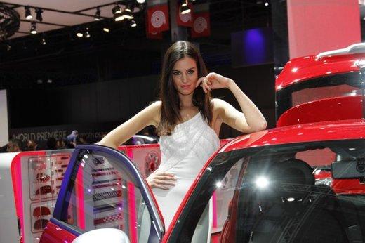 Le modelle più sexy fra gli stand del Salone di Parigi 2012 - Foto 17 di 24