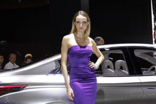 Le modelle più sexy fra gli stand del Salone di Parigi 2012 - Foto 21 di 24