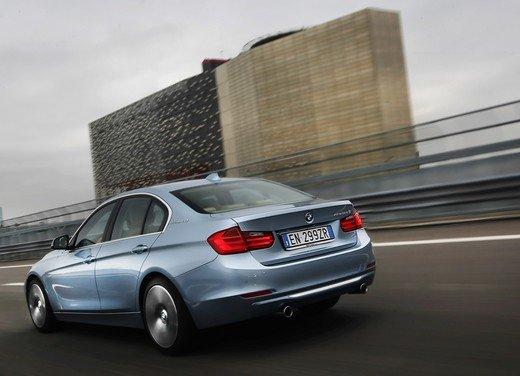 BMW Serie 3, prestazioni e consumi della versione ibrida - Foto 12 di 33