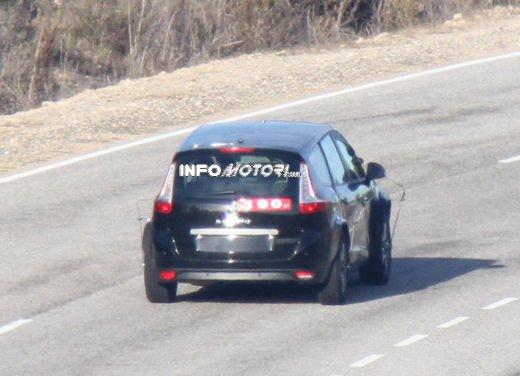 Renault Scenic: prime foto spia del facelift - Foto 2 di 12