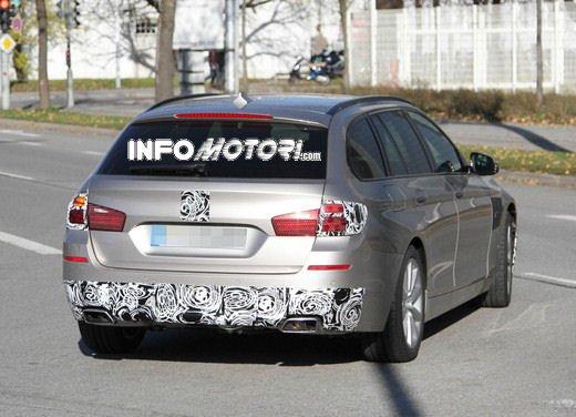 BMW Serie 5 Touring foto spia del facelift - Foto 1 di 14