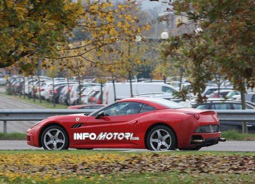 Ferrari California foto spia di un muletto molto particolare - Foto 4 di 4