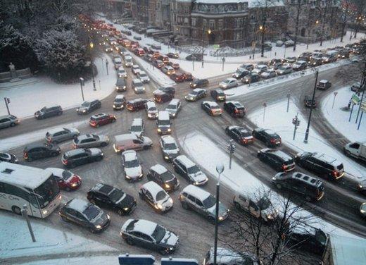 Guidare sulla neve in città, consigli utili sulle strade senza obbligo di catene da neve o di pneumatici invernali - Foto 11 di 15
