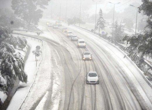 Guidare sulla neve in città, consigli utili sulle strade senza obbligo di catene da neve o di pneumatici invernali - Foto 12 di 15