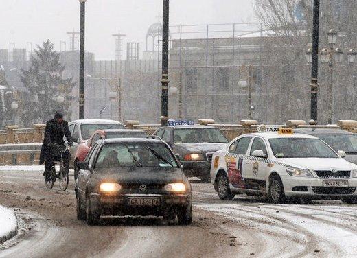 Guidare sulla neve in città, consigli utili sulle strade senza obbligo di catene da neve o di pneumatici invernali - Foto 14 di 15