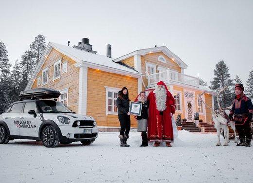 MINI Paceman accoglie l'arrivo delle MINI Family al traguardo del corteo MINI goes to Santa Claus