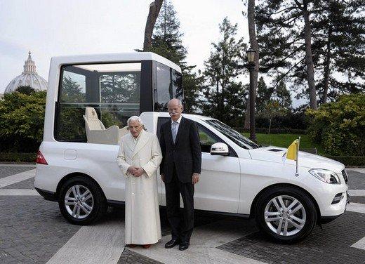 Due Papamobili Mercedes Classe M blindate Papa Benedetto XVI stonano in tempi di crisi, povertà ed austerità