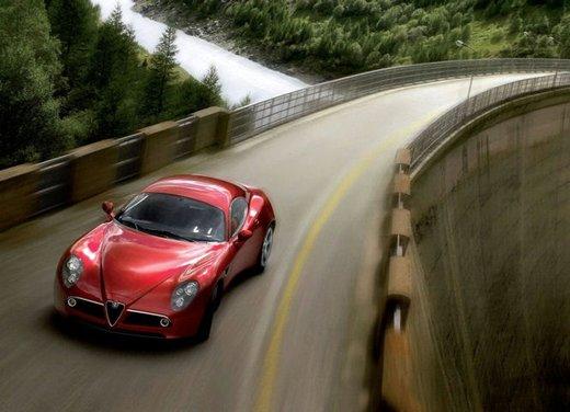 Alfa Romeo 8C, freni a mano e traversi sulla neve - Foto 10 di 10