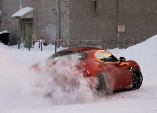 Alfa Romeo 8C, freni a mano e traversi sulla neve - Foto 2 di 10