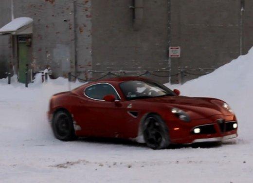 Alfa Romeo 8C, freni a mano e traversi sulla neve - Foto 3 di 10
