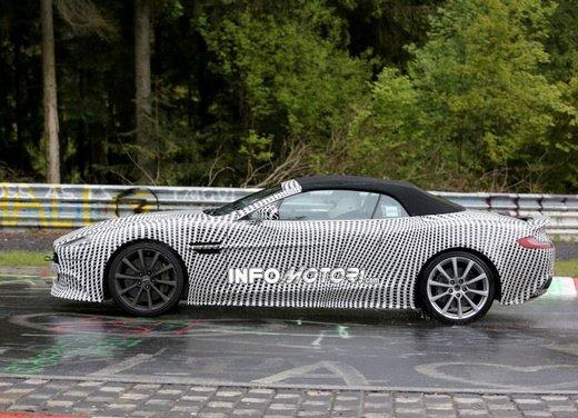 Aston Martin Vanquish Volante nuove foto spia della roadster britannica - Foto 10 di 12