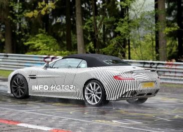 Aston Martin Vanquish Volante nuove foto spia della roadster britannica - Foto 11 di 12