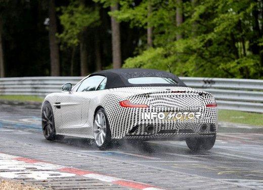 Aston Martin Vanquish Volante nuove foto spia della roadster britannica - Foto 12 di 12