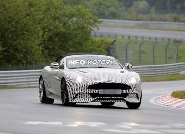 Aston Martin Vanquish Volante nuove foto spia della roadster britannica - Foto 1 di 12
