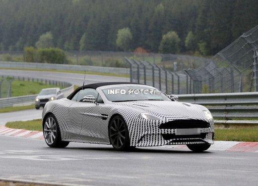 Aston Martin Vanquish Volante nuove foto spia della roadster britannica - Foto 2 di 12