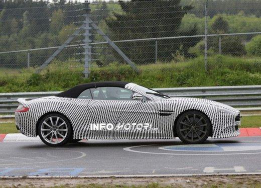Aston Martin Vanquish Volante nuove foto spia della roadster britannica - Foto 4 di 12