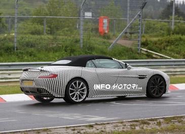 Aston Martin Vanquish Volante nuove foto spia della roadster britannica - Foto 5 di 12
