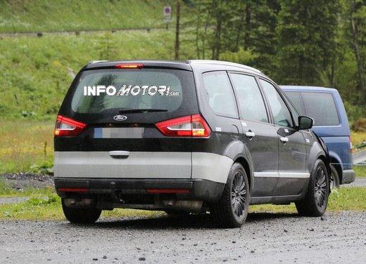 Ford Galaxy foto spia dei test della nuova generazione di Galaxy - Foto 4 di 8