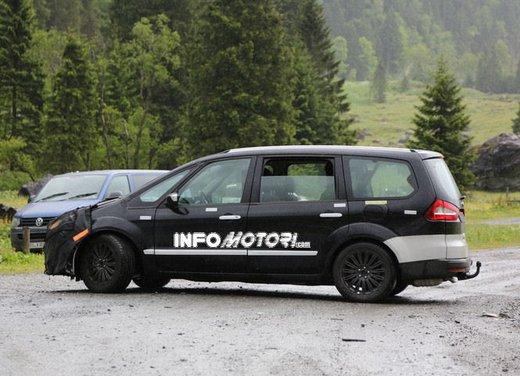 Ford Galaxy foto spia dei test della nuova generazione di Galaxy - Foto 5 di 8