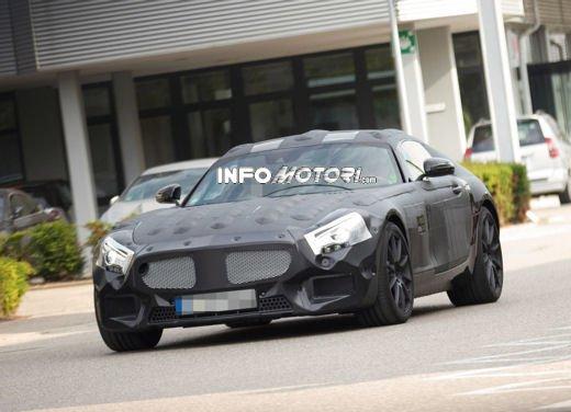 Mercedes-Benz, foto spia di una nuova sportiva con motore V8