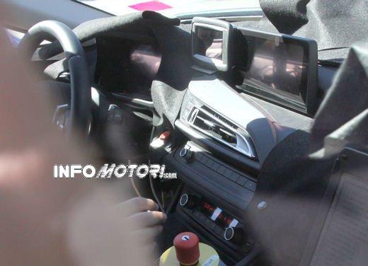 BMW i8, foto spia degli interni della supercar ecologica - Foto 10 di 10