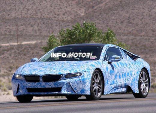 BMW i8, foto spia degli interni della supercar ecologica - Foto 1 di 10