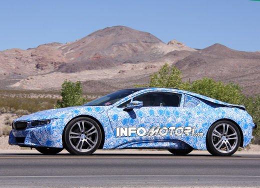 BMW i8, foto spia degli interni della supercar ecologica