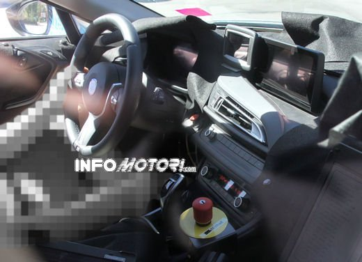 BMW i8, foto spia degli interni della supercar ecologica - Foto 7 di 10