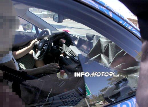 BMW i8, foto spia degli interni della supercar ecologica - Foto 8 di 10