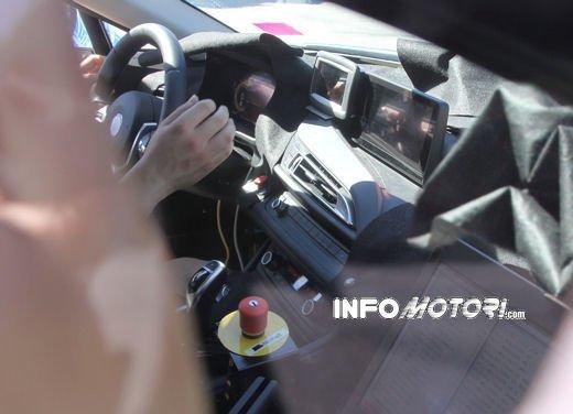 BMW i8, foto spia degli interni della supercar ecologica - Foto 9 di 10